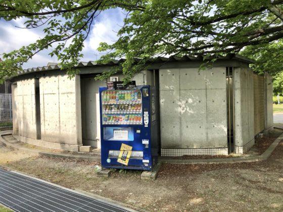 遊びの広場のトイレと自動販売機