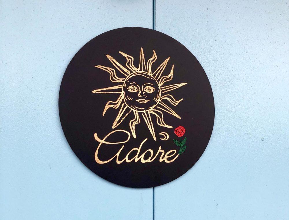 adore(アドレ)の看板