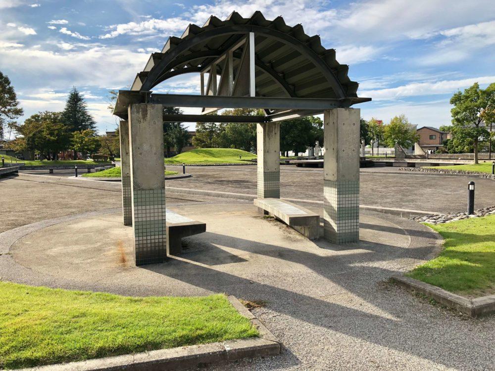 城東ふれあい公園内のベンチ