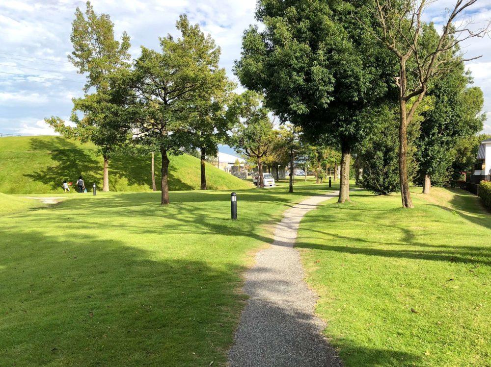 城東ふれあい公園内の脇道