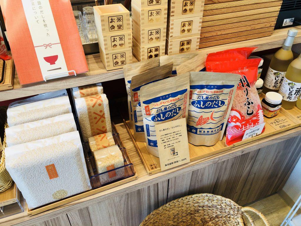 お米食堂の店内にある米・出汁の販売コーナー