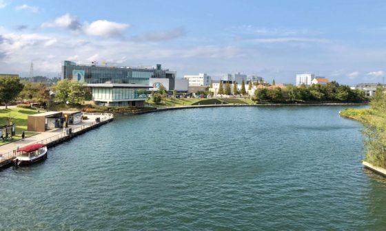 環水公園の天門橋から見た富山県美術館