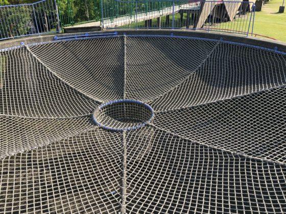 空のステージの上部のロープ網