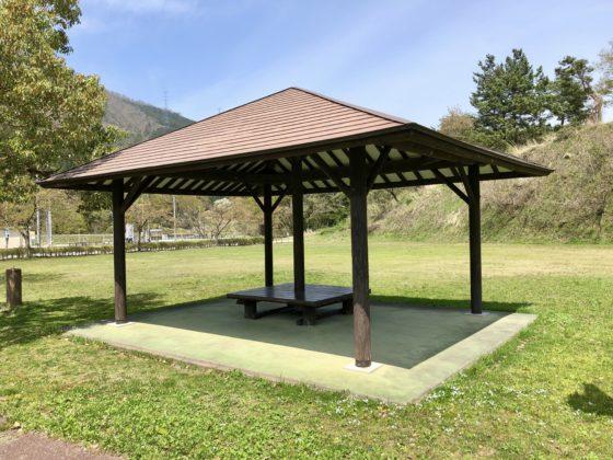 芝生広場の屋根付きベンチ