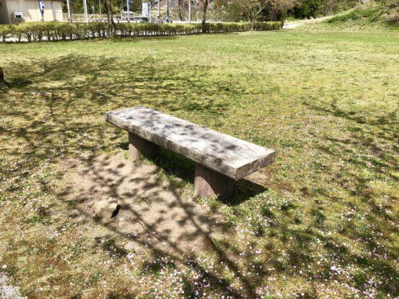 芝生広場のベンチ
