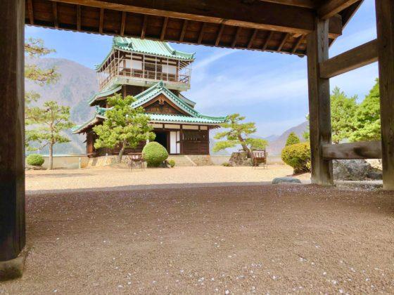神岡城の天守閣と城門