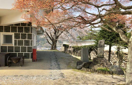 神岡城横の道