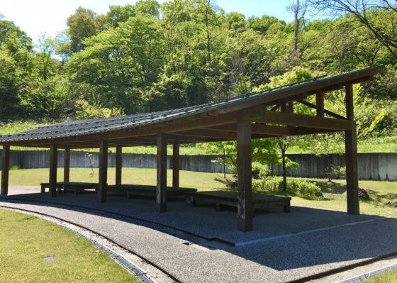 呉羽丘陵多目的広場の屋根付きベンチ