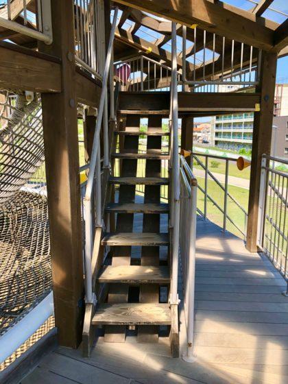 ツリーハウス内の階段
