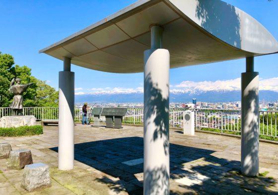 呉羽山公園展望台の屋根付き休憩所