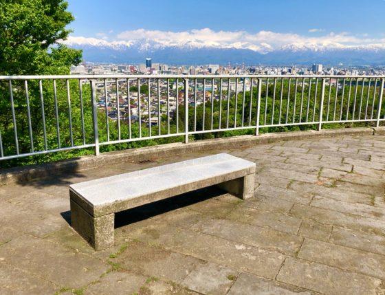呉羽山公園展望台のベンチ