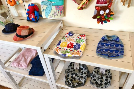 アミーゴワンカフェの店内に売られている犬用服、おもちゃ