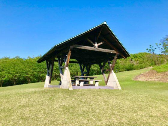 芝生公園の屋根付きベンチ