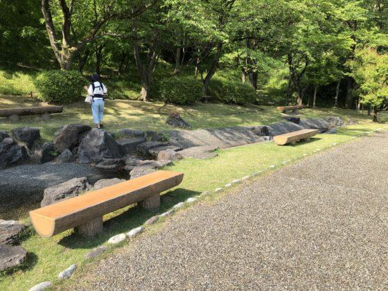 公園内の水場のベンチ