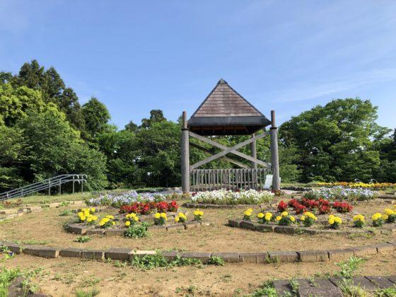 花の丘の東屋