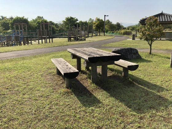 遊具近くのベンチ