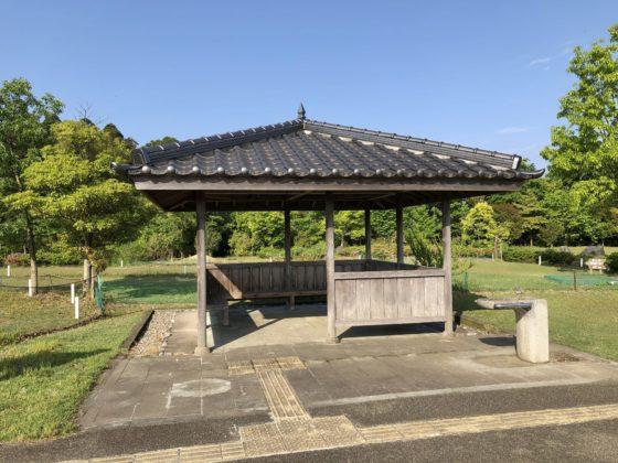 遊具近くの屋根付きベンチ