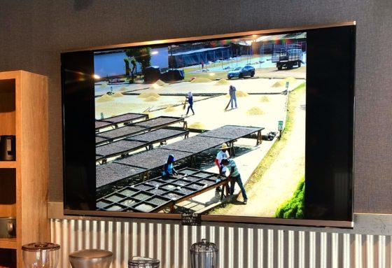 オーナーがコーヒーの産地で撮影してきた画像を流すディスプレイ