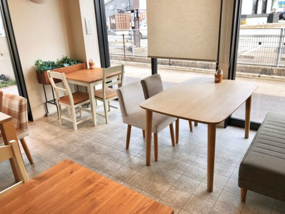 ハンプティダンプティカフェのイスとテーブルその1